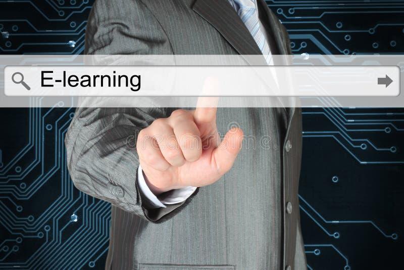 Hombre de negocios que empuja la barra virtual de la búsqueda con palabra del aprendizaje electrónico imagen de archivo