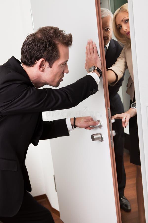 Hombre de negocios que empuja la puerta imagenes de archivo
