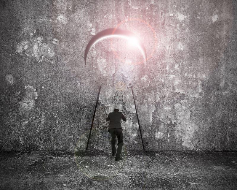Hombre de negocios que empuja la puerta del ojo de la cerradura con luz del sol brillante foto de archivo libre de regalías