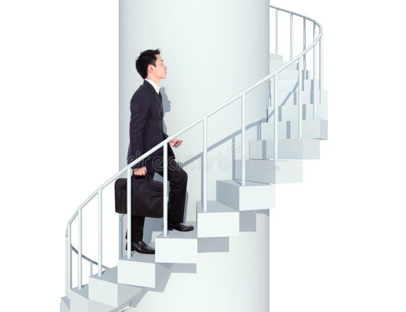 Hombre de negocios que entra arriba en una escalera curvada al éxito imagen de archivo libre de regalías