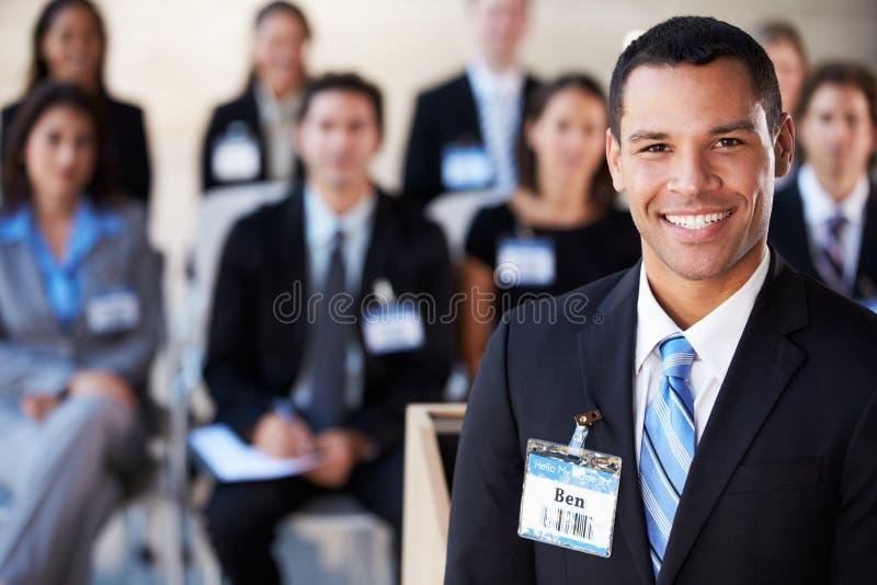 Hombre de negocios que entrega la presentación en la conferencia fotos de archivo libres de regalías