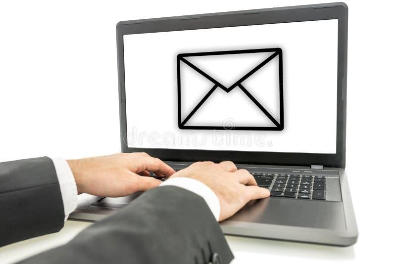 Hombre de negocios que envía el correo electrónico fotografía de archivo