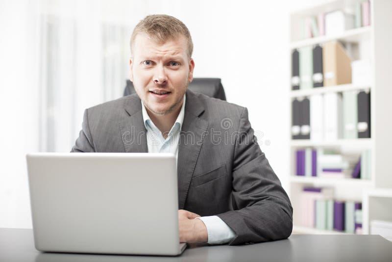 Hombre de negocios que escucha atento el espectador imagen de archivo libre de regalías