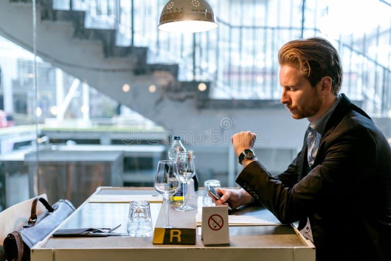Hombre de negocios que espera alguien en un restaurante imágenes de archivo libres de regalías