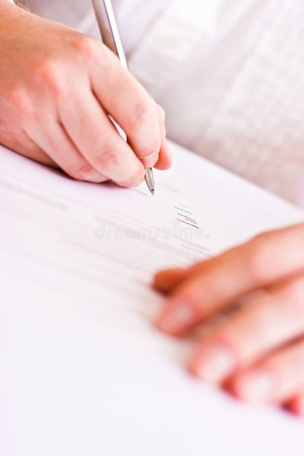 Hombre de negocios que firma el contrato imagen de archivo libre de regalías
