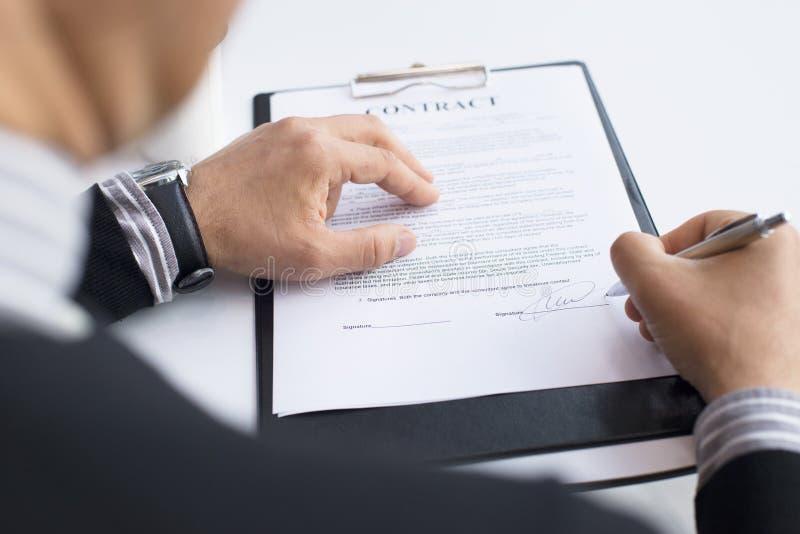 Download Hombre De Negocios Que Firma Un Contrato Imagen de archivo - Imagen de encargado, acuerdo: 100532537