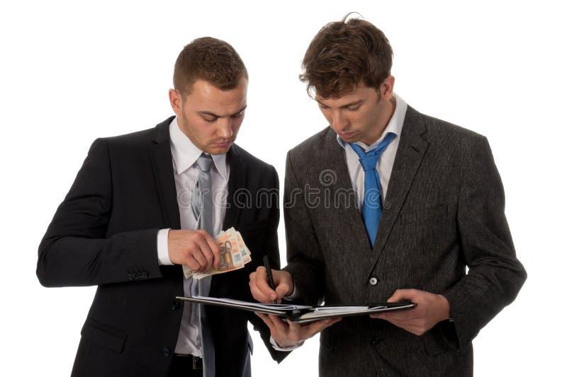 Hombre de negocios que firma un contrato. imagen de archivo