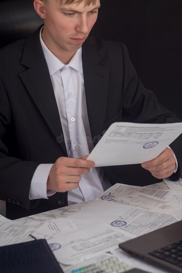 Hombre de negocios que firma un contrato El encargado hace el informe y completa la declaraci?n Hombre de negocios en el trabajo  fotografía de archivo libre de regalías