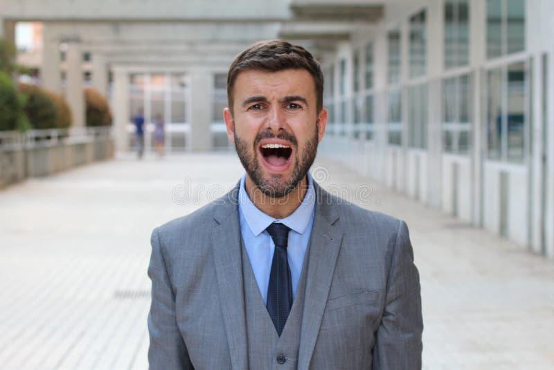 Hombre de negocios que grita en espacio de oficina imagen de archivo libre de regalías