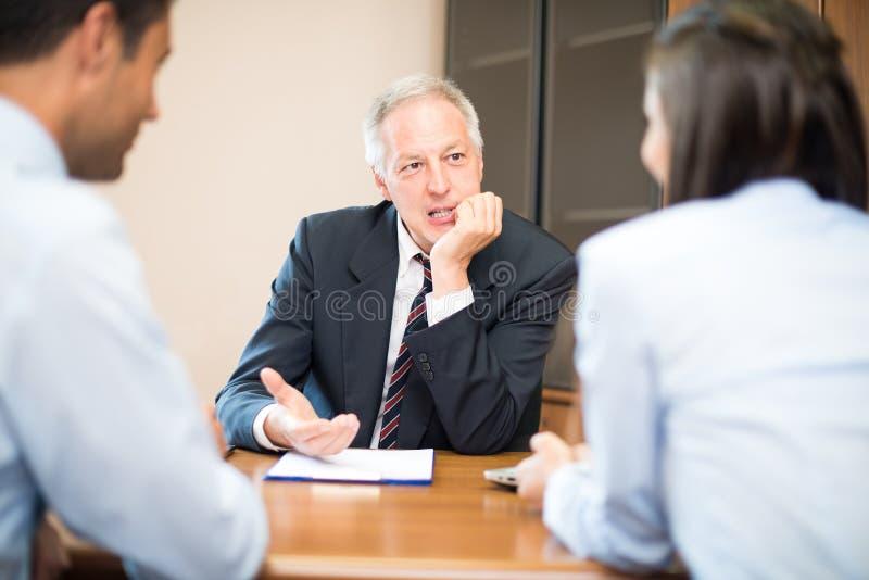 Hombre de negocios que habla con un par fotos de archivo libres de regalías