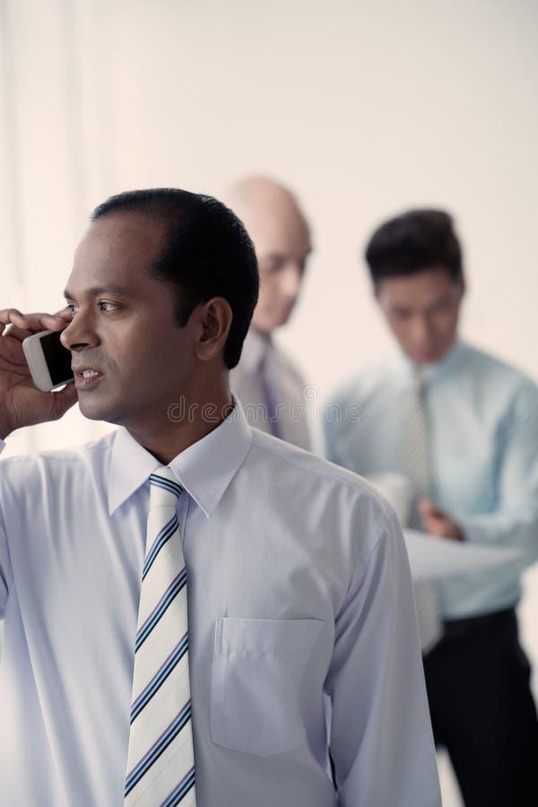 Hombre de negocios que habla en el teléfono imágenes de archivo libres de regalías