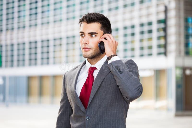 Hombre de negocios que habla en el teléfono fotos de archivo