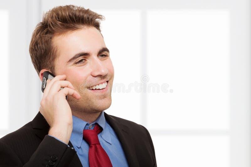 Hombre de negocios que habla en el teléfono fotografía de archivo libre de regalías