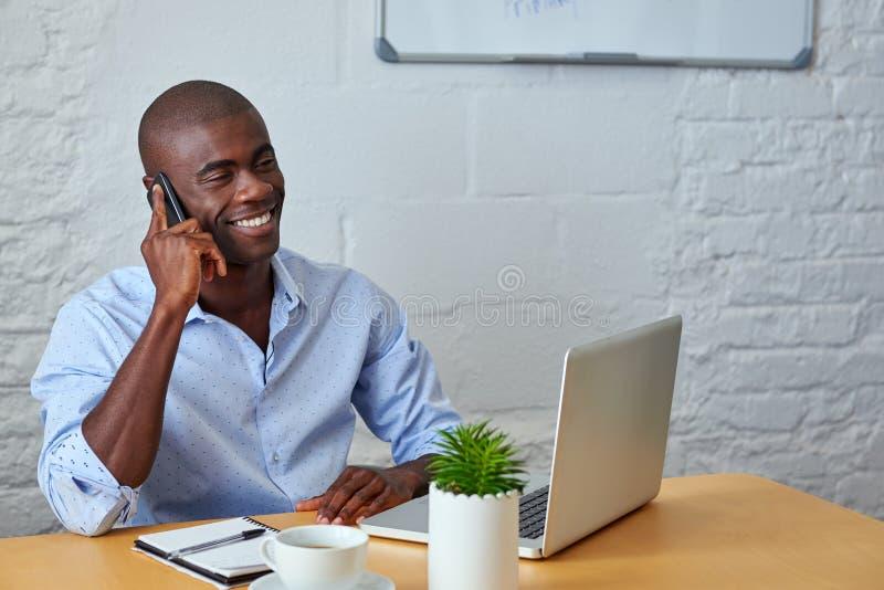Hombre de negocios que habla en el teléfono con los clientes fotografía de archivo