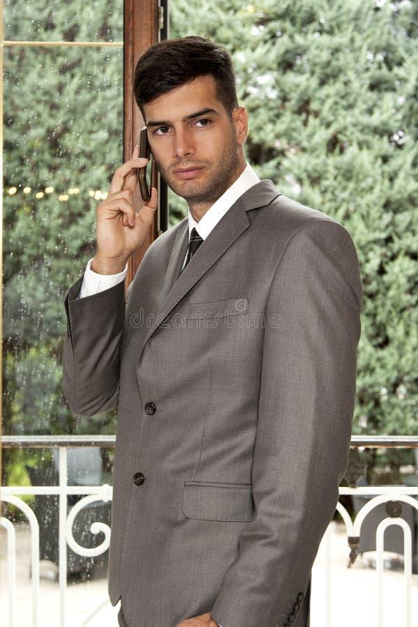 Hombre de negocios que habla en el teléfono móvil imágenes de archivo libres de regalías