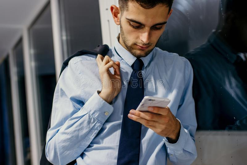 Hombre de negocios que habla en el tel?fono m?vil imagenes de archivo
