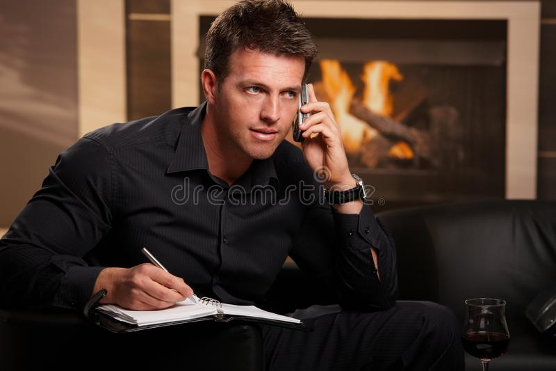 Hombre de negocios que habla en móvil foto de archivo libre de regalías