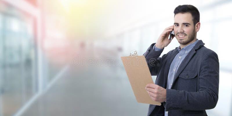 Hombre de negocios que habla en móvil imágenes de archivo libres de regalías