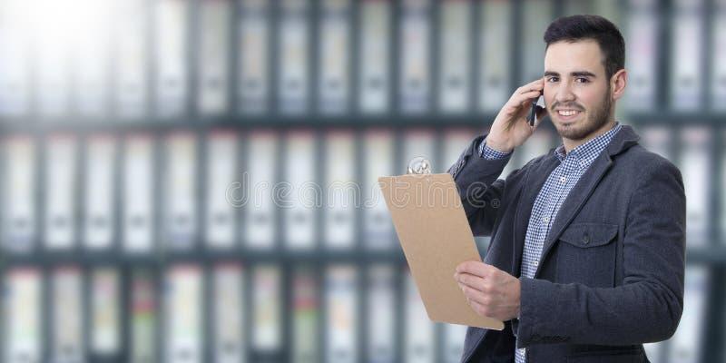 Hombre de negocios que habla en móvil foto de archivo