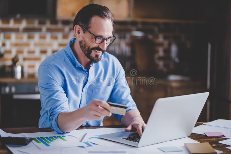 Hombre de negocios que hace compras en línea imagen de archivo libre de regalías