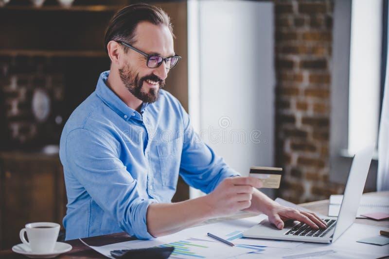 Hombre de negocios que hace compras en línea fotos de archivo