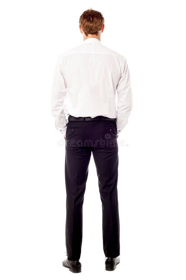 Hombre de negocios que hace frente hacia la pared foto de archivo