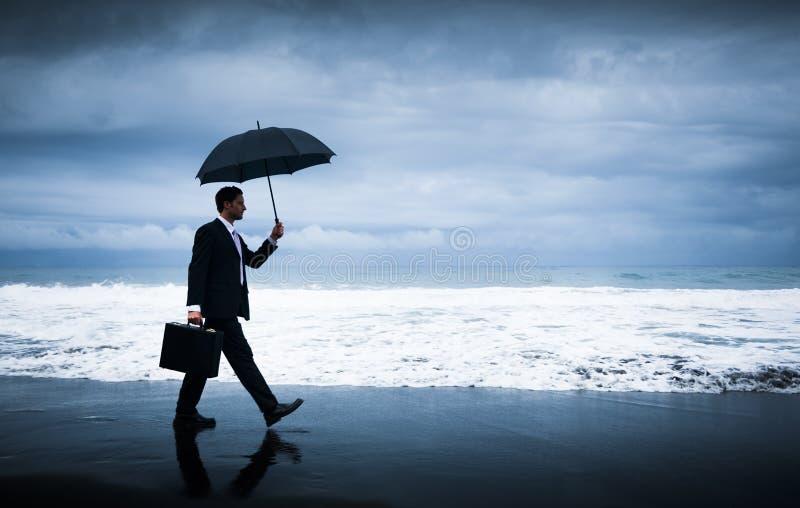 Hombre de negocios que hace frente a la tormenta fotos de archivo