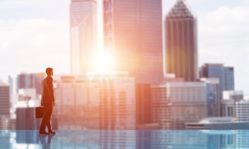 Hombre de negocios que hace frente a nuevo día imagenes de archivo