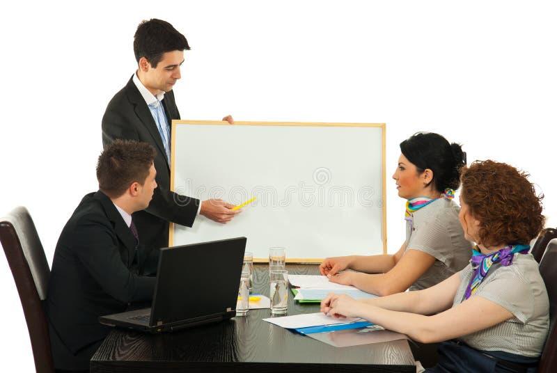 Hombre de negocios que hace la presentación en la reunión imágenes de archivo libres de regalías