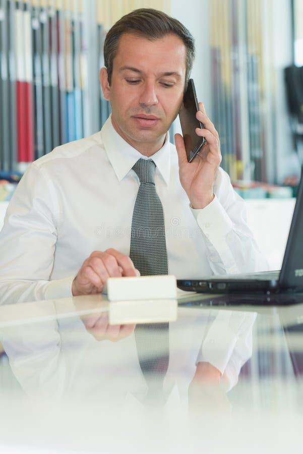 Hombre de negocios que hace llamadas de oficina fotografía de archivo