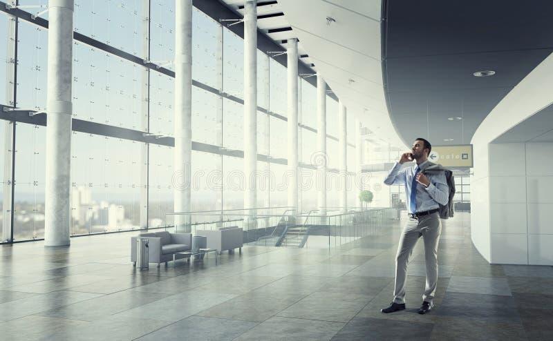Hombre de negocios que hace llamadas Técnicas mixtas imagen de archivo