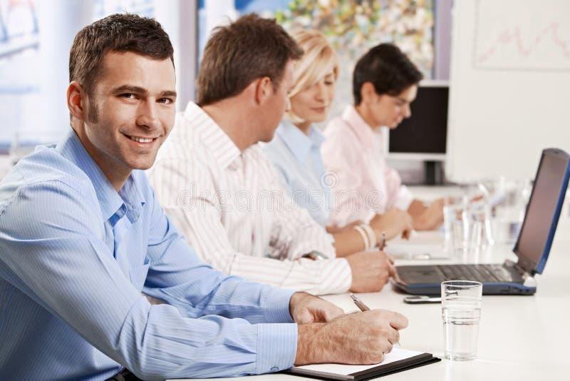 Hombre de negocios que hace notas en la presentación imagenes de archivo