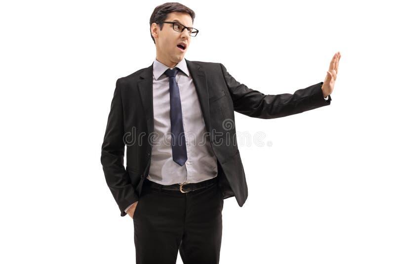 Hombre de negocios que hace un gesto de la basura foto de archivo