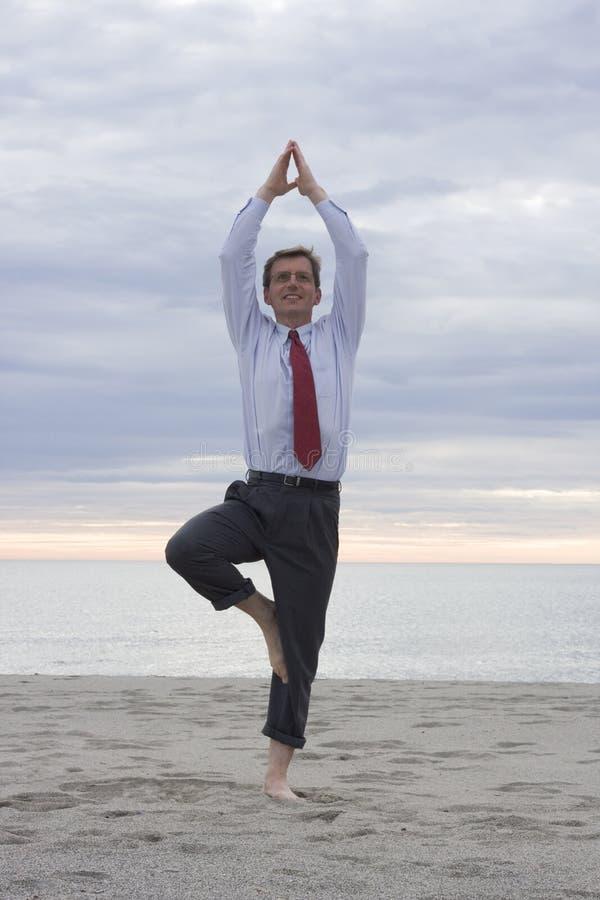 Hombre de negocios que hace yoga foto de archivo