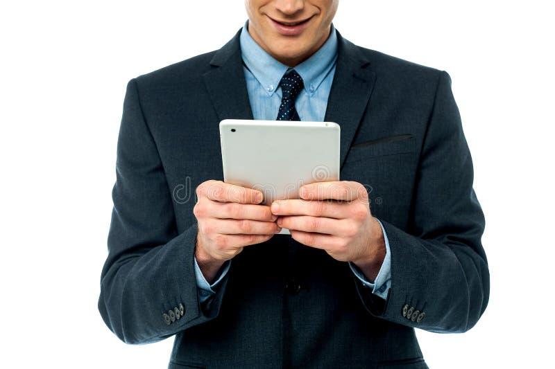 Hombre de negocios que hojea en la PC de la tableta imágenes de archivo libres de regalías