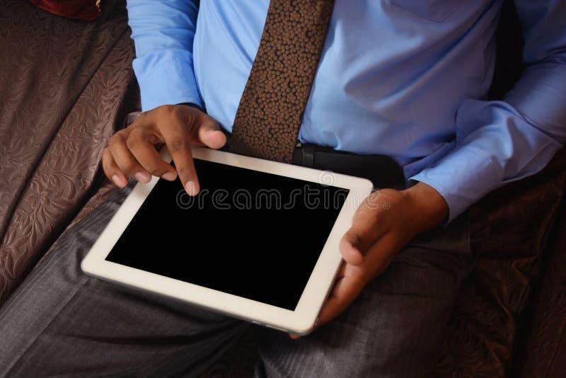 Hombre de negocios que hojea en la PC de la tableta fotos de archivo libres de regalías