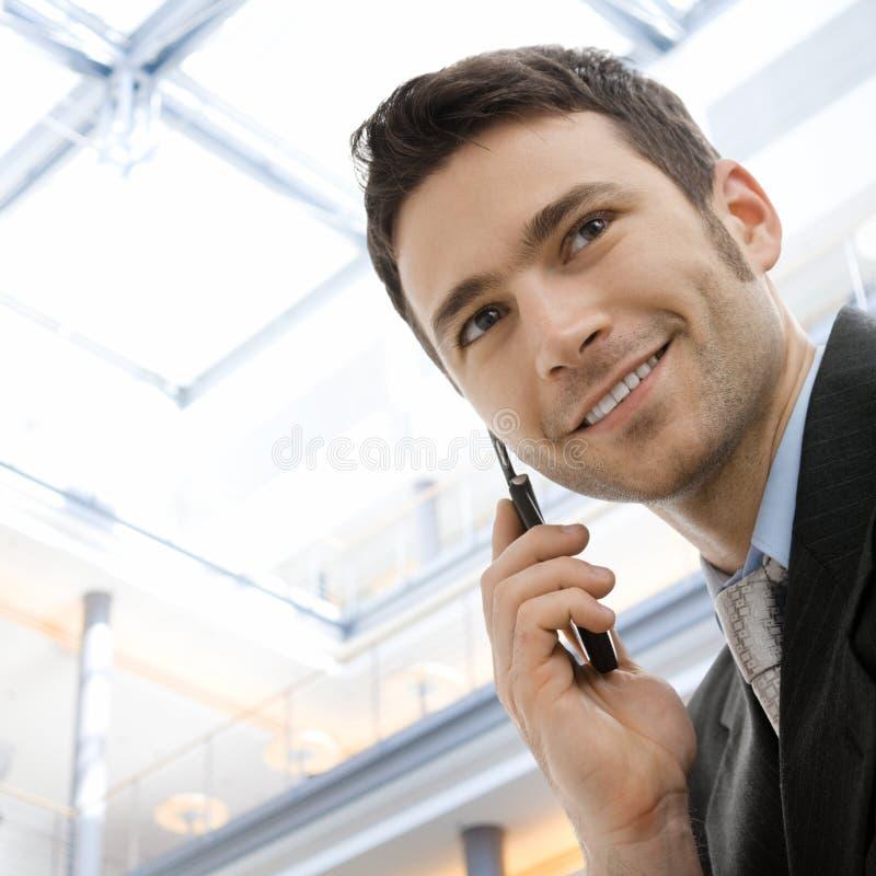 Hombre de negocios que invita al teléfono imágenes de archivo libres de regalías