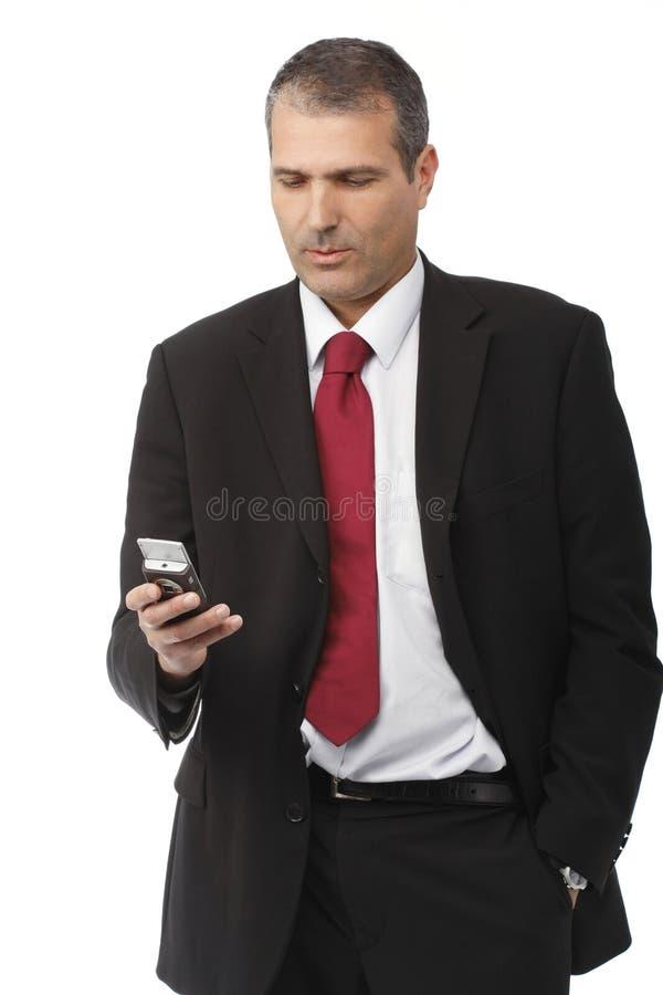 Hombre de negocios que invita al teléfono móvil foto de archivo libre de regalías