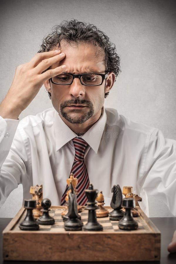 Hombre de negocios que juega a ajedrez foto de archivo libre de regalías