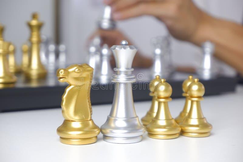 Hombre de negocios que juega al juego de ajedrez; para la estrategia empresarial, dirección y concepto de la gestión imagen de archivo libre de regalías