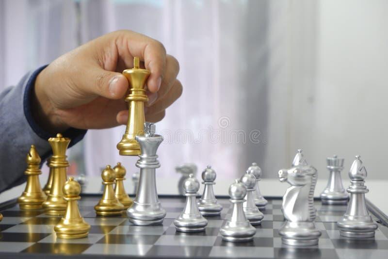 Hombre de negocios que juega al juego de ajedrez; para la estrategia empresarial, dirección y concepto de la gestión fotografía de archivo