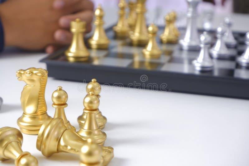Hombre de negocios que juega al juego de ajedrez; para la estrategia empresarial, dirección y concepto de la gestión imagenes de archivo