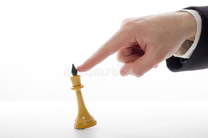 Hombre de negocios que juega al juego de ajedrez Estrategia del concepto del negocio, leade fotografía de archivo libre de regalías