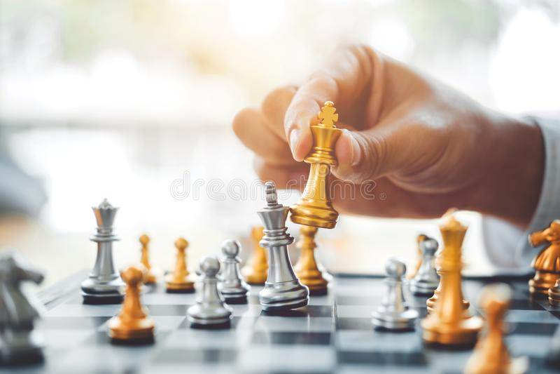 Hombre de negocios que juega el planeamiento del juego de ajedrez del succ principal de la estrategia foto de archivo libre de regalías