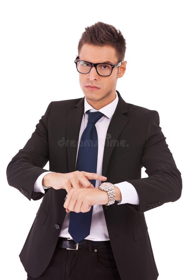 Hombre de negocios que le muestra que usted es atrasado fotos de archivo