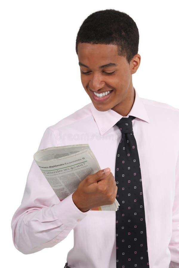 Hombre de negocios que lee el diario foto de archivo
