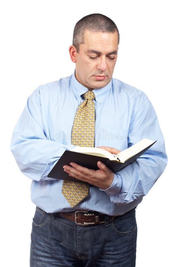 Hombre de negocios que lee un libro imágenes de archivo libres de regalías
