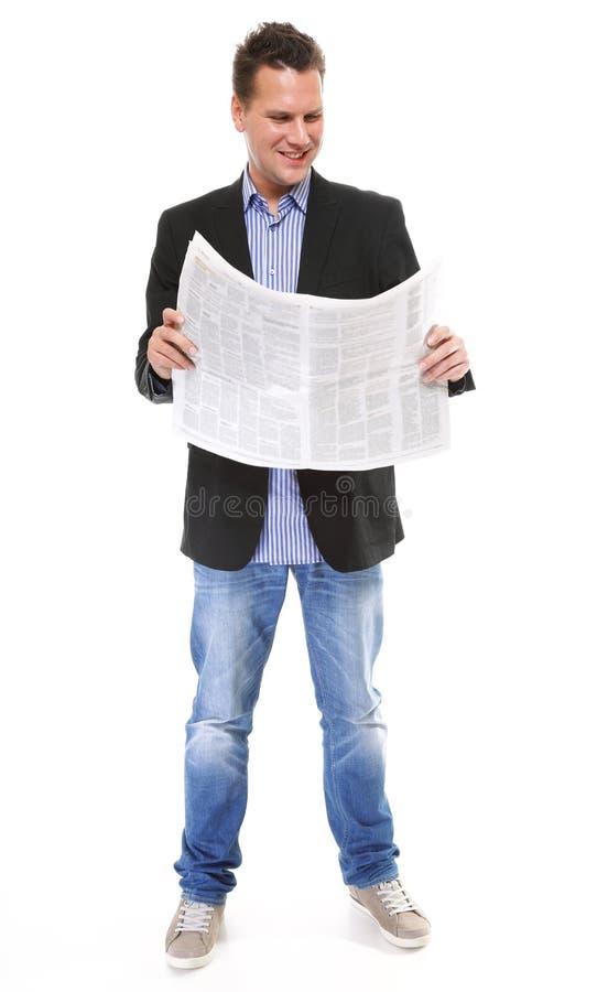 Hombre de negocios que lee un periódico aislado fotos de archivo libres de regalías