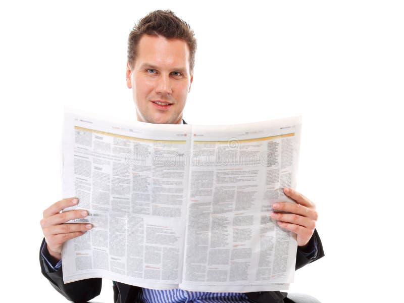 Hombre de negocios que lee un periódico aislado fotografía de archivo libre de regalías