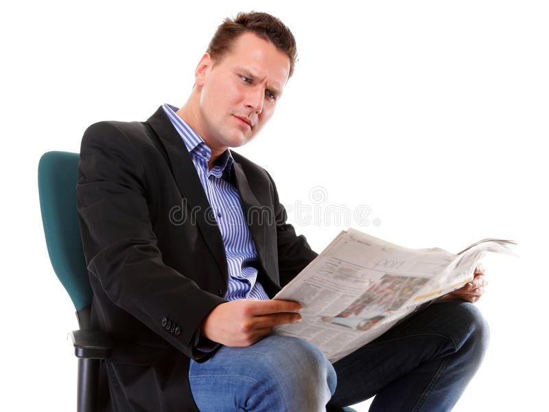 Hombre de negocios que lee un periódico aislado fotos de archivo